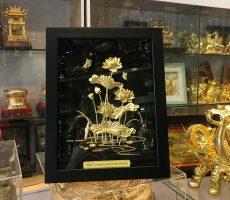Tranh đầm sen dát vàng 24k khung gỗ 27×34 cm