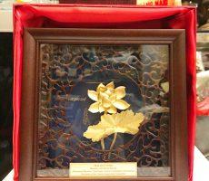Tranh hoa sen dát vàng để bàn 20 cm tại Hà nội