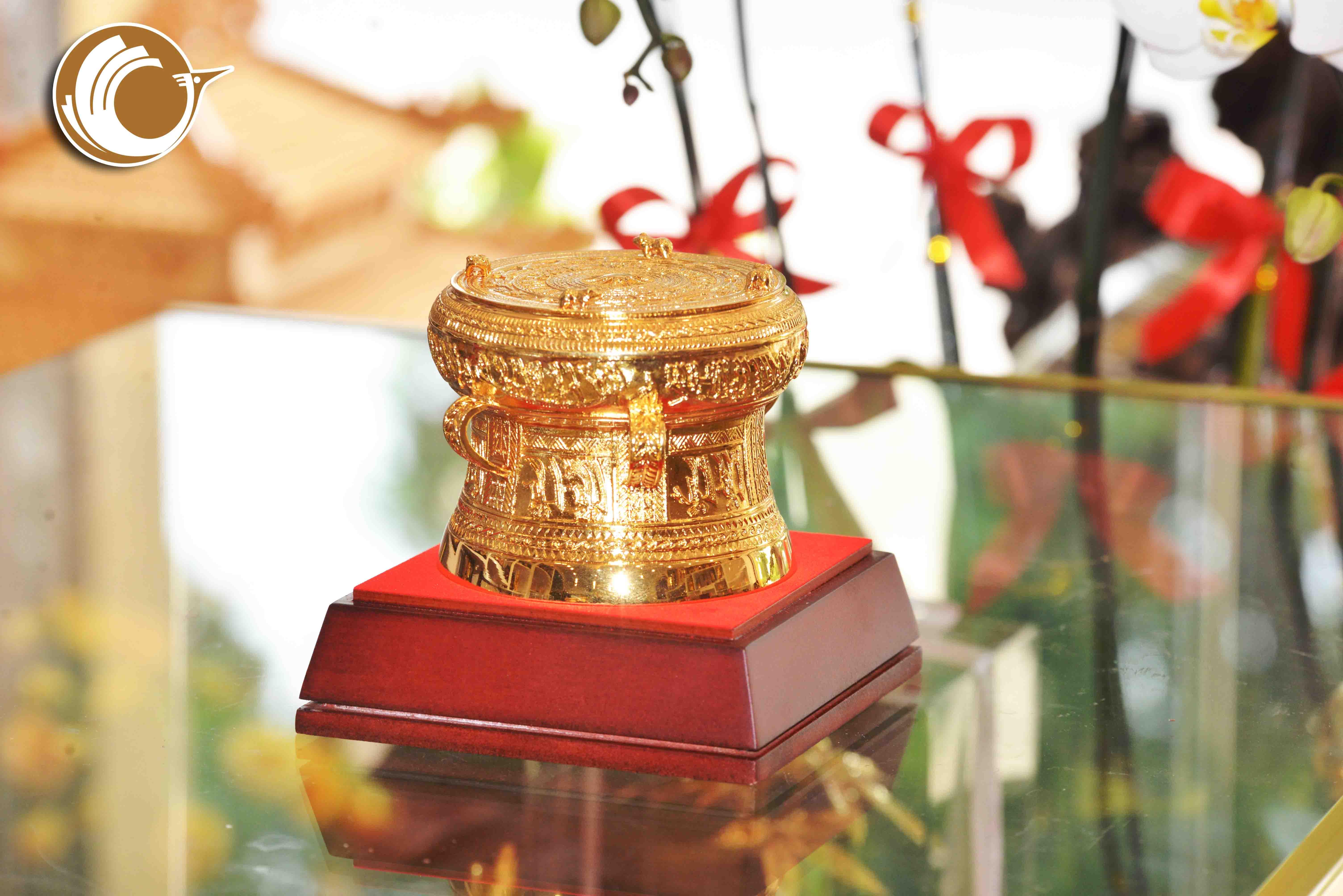 Giá bán trống đồng quà tặng mạ vàng dk 9cm đẹp tinh xảo0