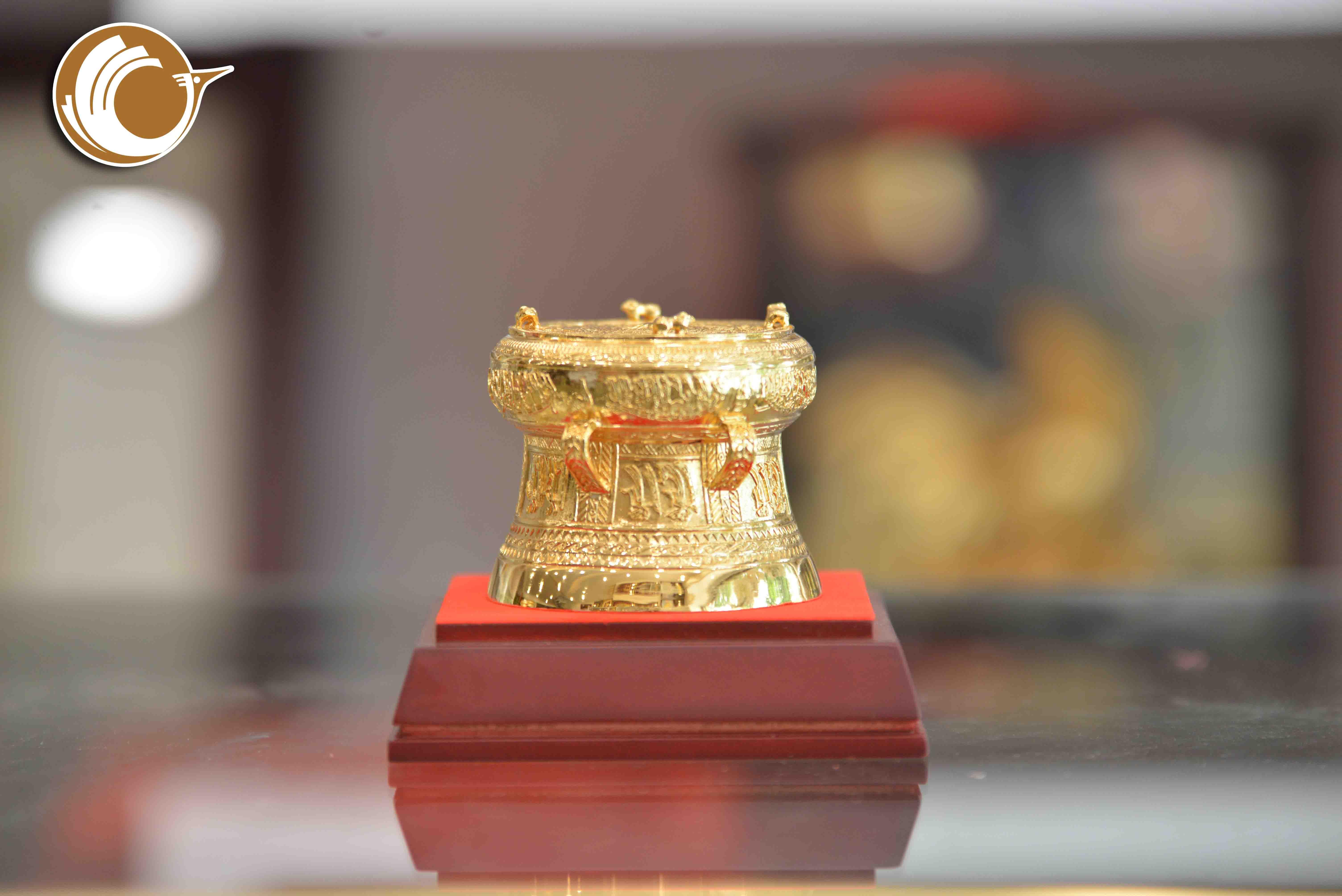 Quà tặng trống đồng mạ vàng đường kính 7cm0