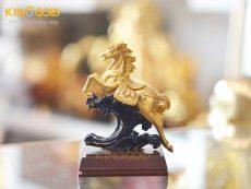 Tượng ngựa mạ vàng phi nước đại làm quà tặng phong thủy
