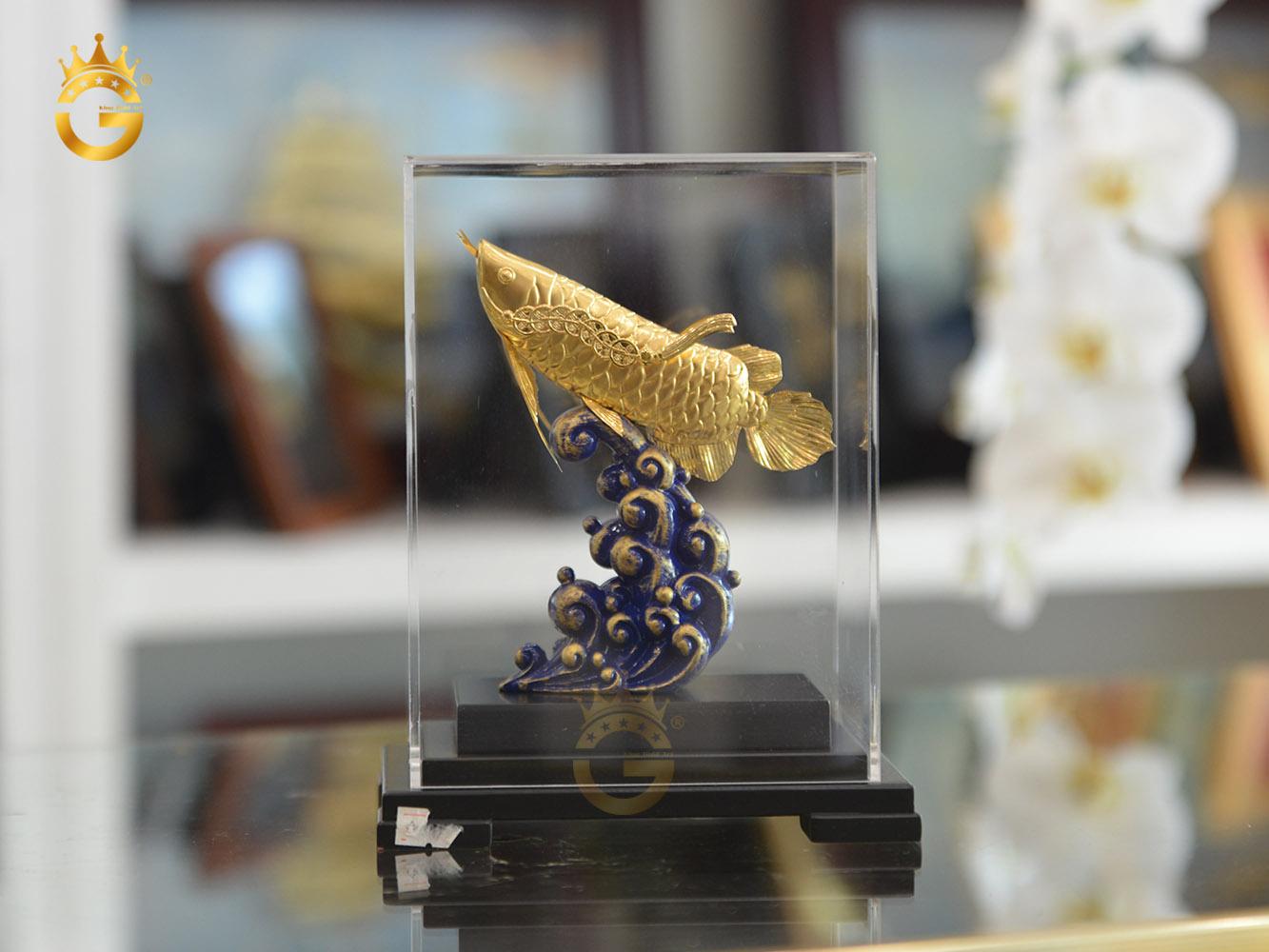 Tượng cá rồng mạ vàng bọc hộp kính sang trọng0