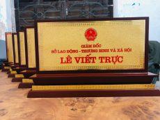 Đồ đồng Việt nhận chế tác biển chức danh bằng đồng để bàn