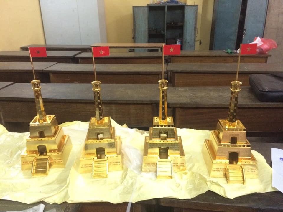 Mô hình thu nhỏ cột cờ Hà Nội bằng đồng mạ vàng0