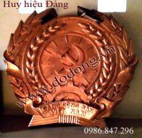 Huy hiệu Đảng cộng sản bằng đồng đỏ nguyên khối