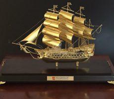 Thuyền buồm mạ vàng làm quà tặng Sếp dịp Tết Tân Sửu 2021